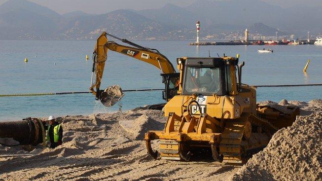 Slavnou pláž okupují bagry s pískem