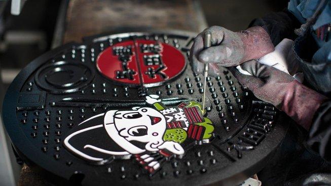 Japonské poklopy od kanálů zdobí jednoduché obrazce, ale i ručně malovaná umělecká díla