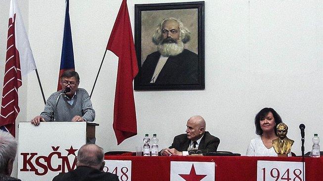 Komunisté stále usilují o socialismus
