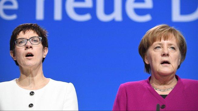 Dvě silné ženy CDU Annegret Krampová-Karrenbauerová a Angela Merkelová při zpěvu německé hymny