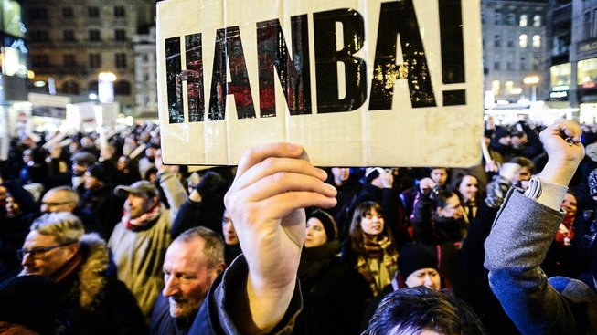 V občanské společnosti to momentálně začíná žít. Demonstrace v Praze na Václavské náměstí proti Zdeňku Ondráčkovi.
