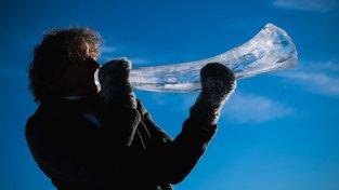 Na festivalu Ice Music Festival hrají hudebníci na nástroje vyrobené z ledu