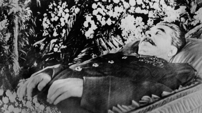 Stalinovo tělo vystavené ve Sloupové síni Domu odborů