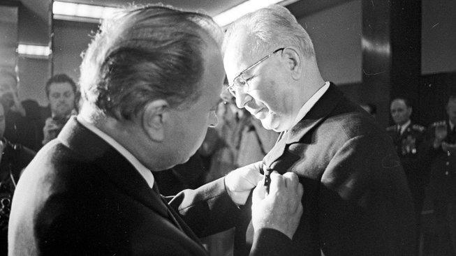 Gustáv Husák přebírá Leninův řád