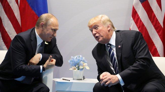 Setkání ruského prezidenta Vladimira Putina a jeho amerického protějšku Donalda Trumpa
