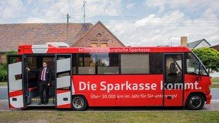 Bankovní autobus funguje jako běžná pobočka, jen pro některé služby jako třeba žádost o hypotéku je potřeba do kamenné pobočky