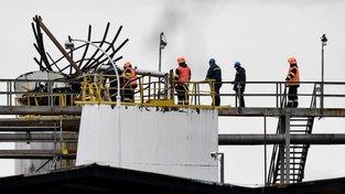 Policie a hasiči zatím dál vyšetřují příčinu výbuchu v kralupské chemičce