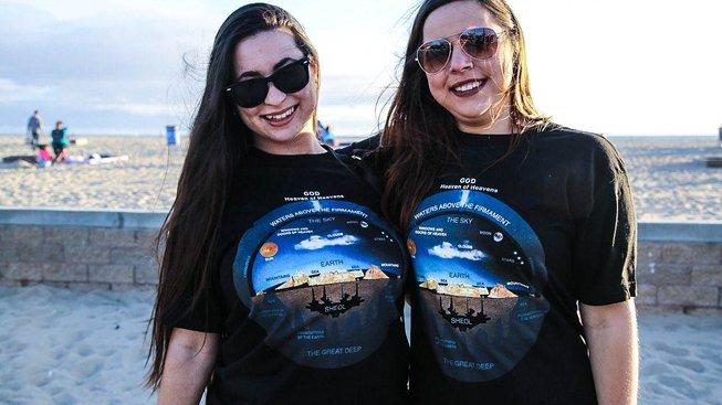 Hnutí The Flat Earth Society, které původně vyšumělo, ale začalo být opět aktivní v roce 2009, zažívá na svůj poměr velký nárůst popularity.