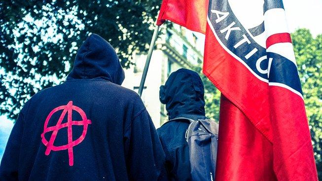 Pokud má někdo o anarchistické kritice státu a společnosti přemýšlet, velmi tomu napomůže, když takové názory nejsou šířené anonymně