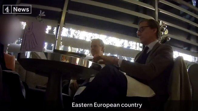 Snímek z tajně pořízeného videa schůzky s představiteli Cambridge Analytica, kde hovoří o ovlivňování voleb v zemi východní Evropy