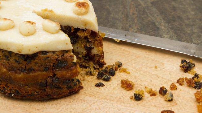 Simnel cake - marcipánové kuličky odkazují na 12 apoštolů