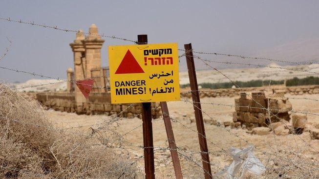 Okolí místa Ježíšova křtu je obehnané ostnatým drátem a cedulemi varujícími před minami. Do roka nejpozději by ale měly zmizet