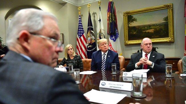 Americký prokurátor Jeff Sessions (vlevo) nepochybuje o Nikulinově vlivu na americké prezidentské volby