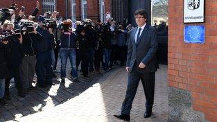Bývalý premiér katalánské regionální vlády Carles Puigdemont opouští německou vazební věznici