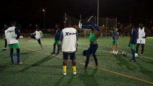 Uprchlíci z Afriky, kterým se podaří dostat do některýho z evropských, byť amatérských sportovních klubů, tvrdě dřou. Doufají, že z nich jednou budou profesionální sportovci
