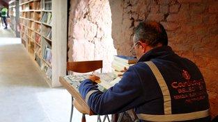 Turečtí popeláři tráví po práci hodiny v knihovně, která vznila z výtisků odložených vedle kontejnerů
