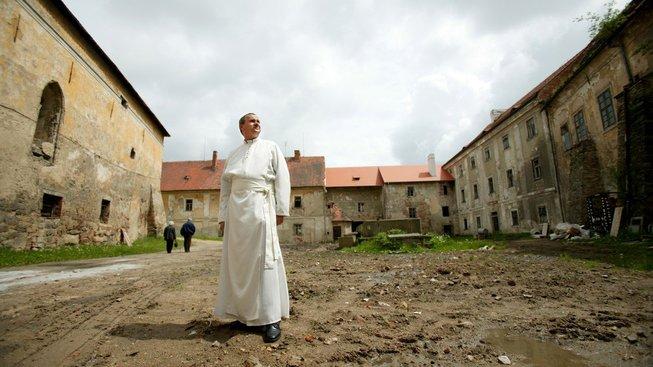 Komunisté v roce 1950 zničili mužské kláštery v Československu. Mnichy internovali, umění zabavili a kláštery nechaly ležet ladem. Ilustrační snímek