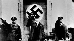 Neblaze proslulý soudce Roland Freisler (uprostřed) vynesl 2600 rozsudků smrti
