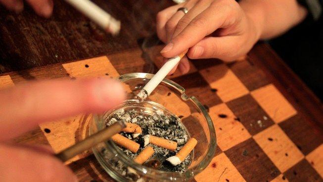 Zákaz kouření v restauracích platí dál
