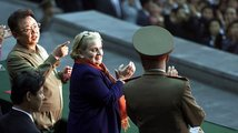 Trump je jako diktátoři. Mussolini se taky bál podání ruky, srovnává Albrightová