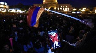 Protestující s fotkou Sargsjana v mobilu