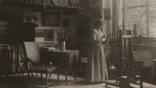 Zdenka Braunerová při práci ve svém ateliéru