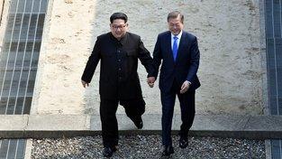 Vůdce KLDR a jihokorejský prezident společně překračují hranici mezi oběma zeměmi