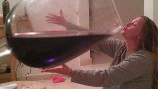 Na internetu lze najít bezpečet variací na ženu a obří sklenici vína