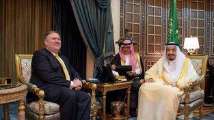 Americký ministr zahraničních věcí Mike Pompeo (vlevo) na návštěvě Saúdské Arábie