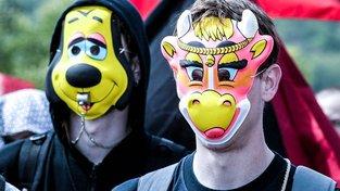 Anarchisté často vystupují anonymně a skrývají svůj obličej například kvůli své práci