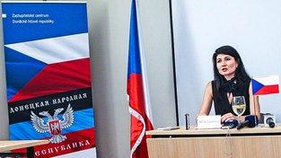 """Aktivistka Nela Lisková během slavnostního otevření doněckého """"konzulátu"""" v Ostravě"""