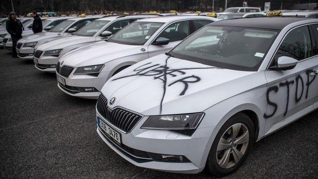 Pražští taxikáři se v boji proti konkurenční společnosti Uber spojili i s premiérem