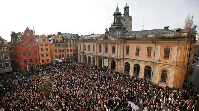 Během zasedání Švédské akademie demonstrovali lidé na podporu Sary Daniusové