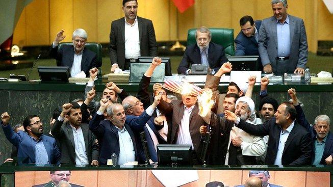 Íránští poslanci spálili americkou vlajku