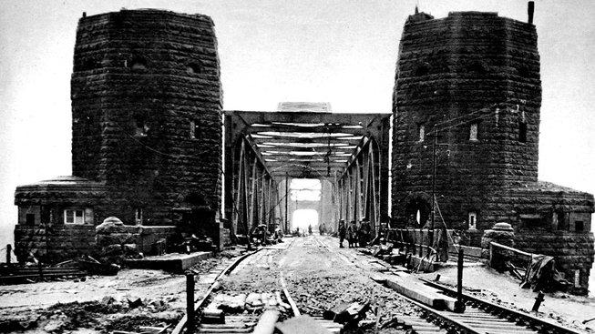 Slavný Ludendorffův most u Remagenu v březnu 1945