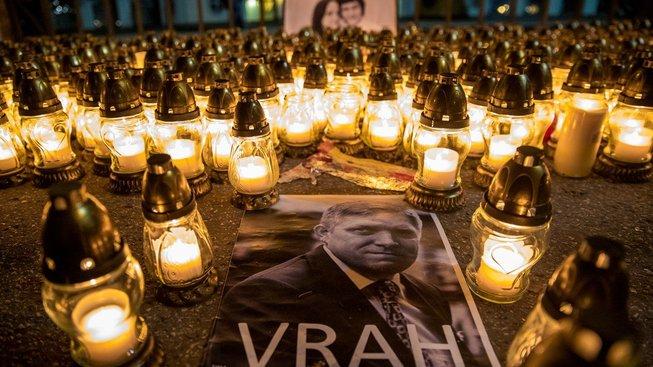 Kvůli tlaku veřejnosti v souvislosti s vraždou novináře Kuciaka odstoupil premiér Robert Fico