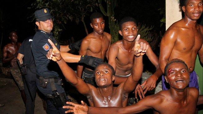 Afričané, kteří se přes plot dostali do španělské enklávy Ceuta na severu černého kontinentu
