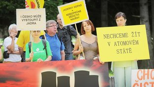Protestující proti jaderné elektrárně Temelín