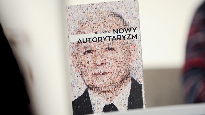"Kniha ""Nový autoritarismus"" od sociologa Macieje Gduly"