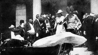Auto s následníkem trůnu Františkem Ferdinandem d'Este a jeho manželkou Žofií krátce před atentátem