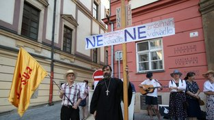 Protestující křesťané před divadlem v Brně