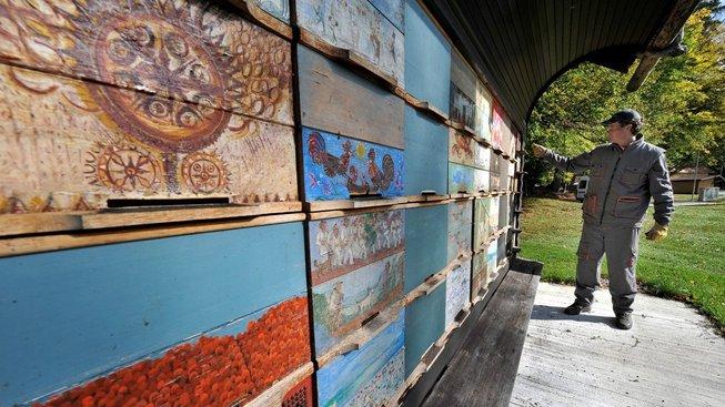 Slovinské úly zdobí ručně malované výjevy