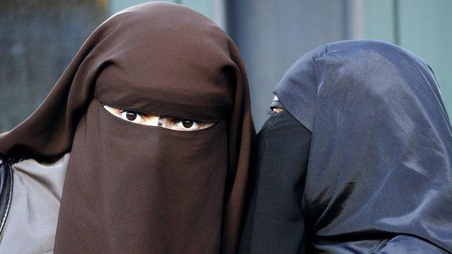 Tak jsi to slyšela, Imran? Zakázali nám nikáby a burky! Bez nich mě ale starej nepustí ven