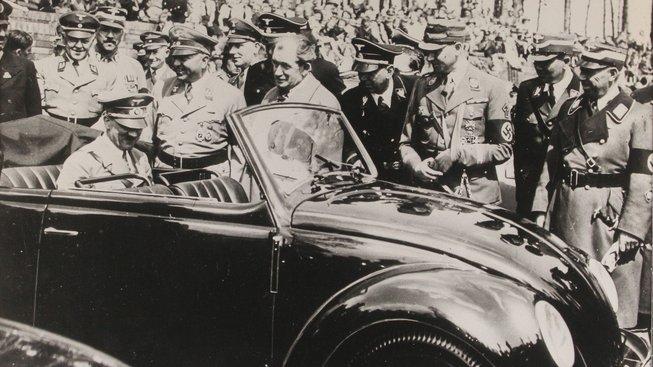 Adolf Hitler při inspekci volkswagenu vyrobeného v roce 1937 ve Stuttgartu