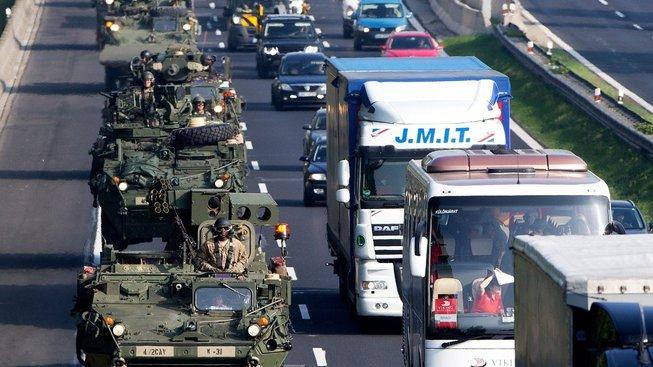 Americký konvoj při projíždění Českou republikou