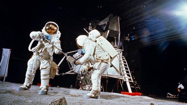 Zinscenování přistání na Měsíci patří mezi oblíbené konspirační teorie