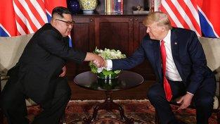 Srdečný pozdrav vůdce KLDR Kim Čong-una a amerického prezidenta Donalda Trumpa