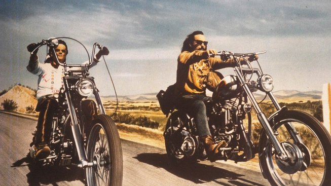 Peter Fonda (vlevo) a Dennis Hopper na motocyklech Harley-Davidson v kultovním filmu Bezstarostná jízda (Easy Rider)