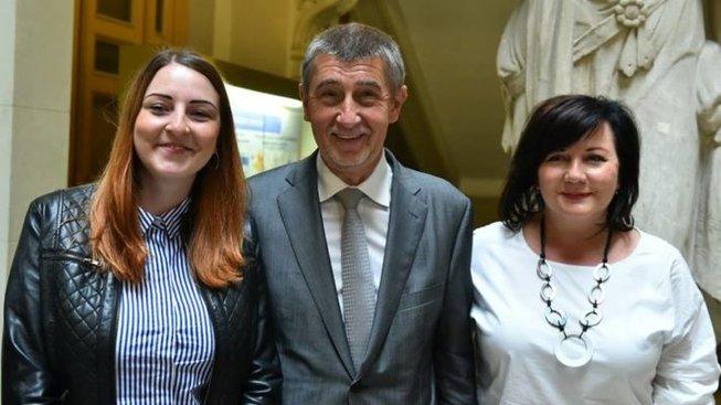Paní vlevo je v pořadí šestou vítězkou milionu korun v Účtenkovce, jako jediná byla ochotna vystoupit z anonymity.