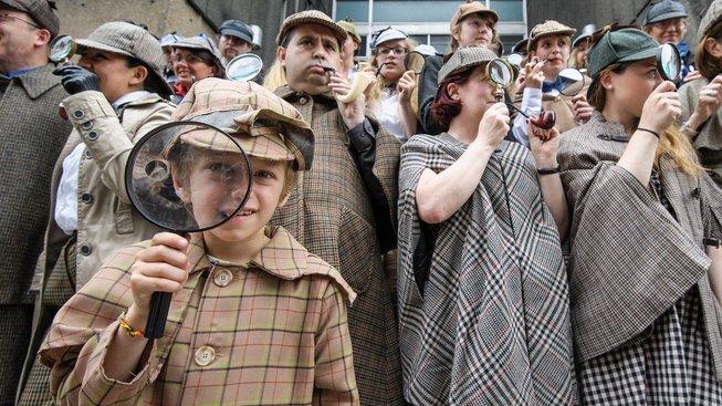 Doyle a 'jeho' Sherlock Holmes mají stále mnoho zarytých fanoušků. Tady se například pokusili o rekord v počtu lidí oblečených jako slavný detektiv